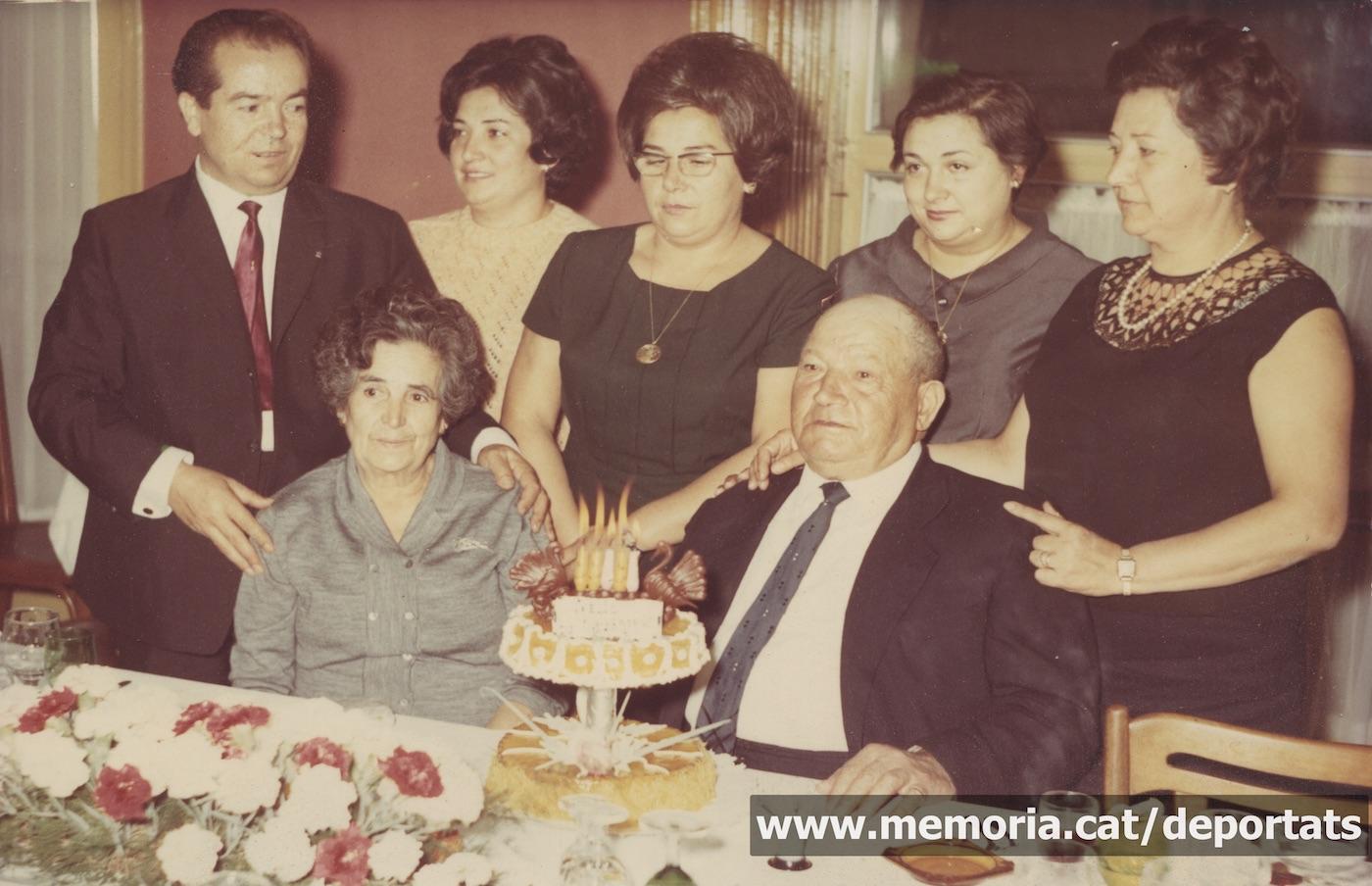 Àngel Sánchez (esquerra) i les seves quatre germanes en el 50è aniversari de casament dels seus pares. Manresa, c. 1968