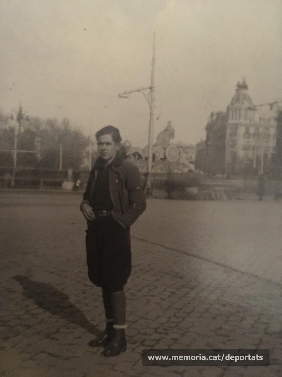 Jesus Dalmau a la plaça de la Cibeles de Madrid durant la guerra, fent subministres per al Socors Roig. 1937.