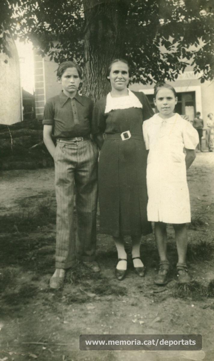 Fèlix amb la seva mare Carmen i la seva germana Mercedes, a l'exili francès la primavera de 1939. En concret, a Villers-les-Pots, poble de la Borgonya, al nord est de França. Al travessar la frontera havien estat separats del pare, reclòs al camp de Vernet (Arieja) (Font: arxiu particular de Patricia Grapeloup-Labara)