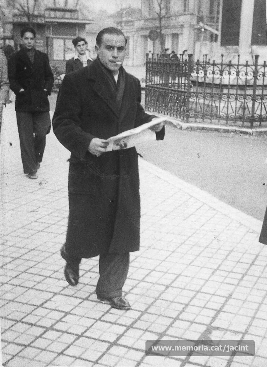1947. Jacint Carrió, tot passejant per Périgueux. (Arxiu Comarcal del Bages. Fons Jacint Carrió i Vilaseca)