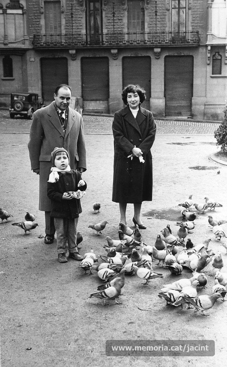 1957. Jacint Carrió amb la seva dona, Maria Grau, i el seu fill, Joan, a la plaça de Sant Domènec, de Manresa. (Arxiu Comarcal del Bages. Fons Jacint Carrió i Vilaseca)