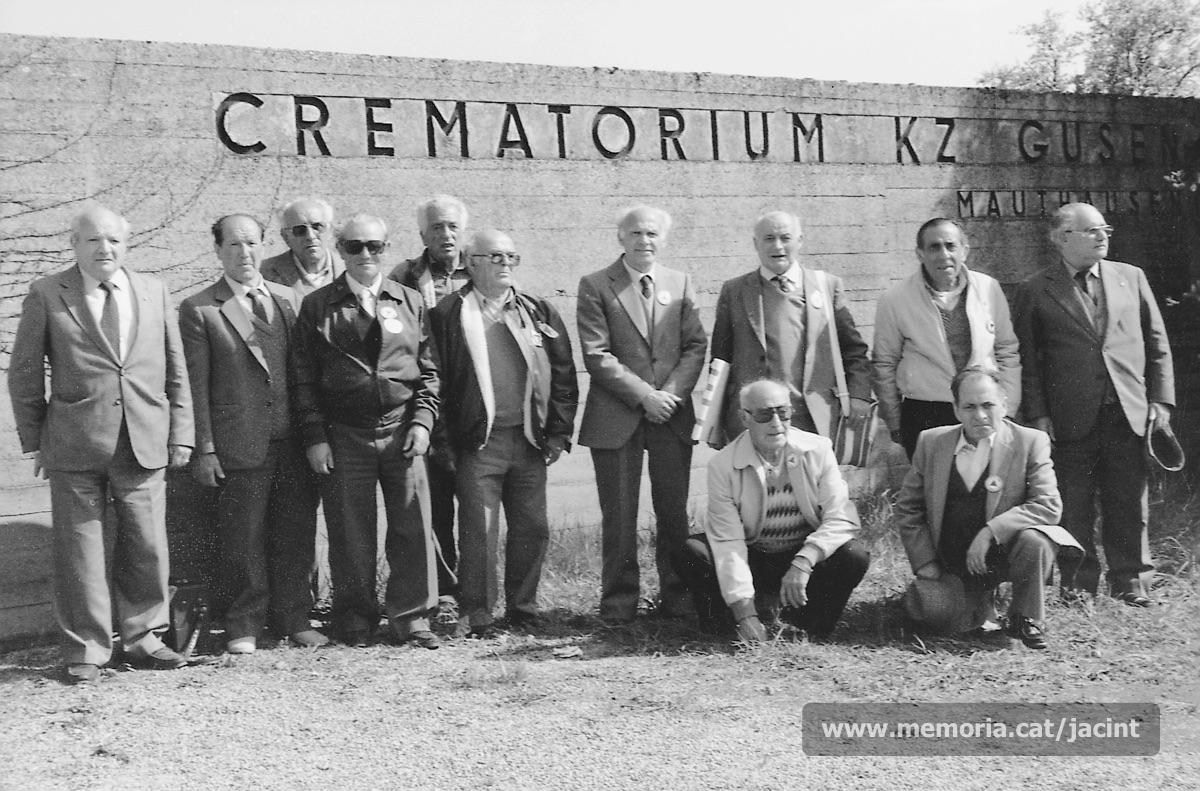 5/05/1985. Jacint Carrió, al camp de concentració de Gusen, en l'acte d'homenatge als companys que hi van perdre la vida. (Arxiu Comarcal del Bages. Fons Jacint Carrió i Vilaseca)