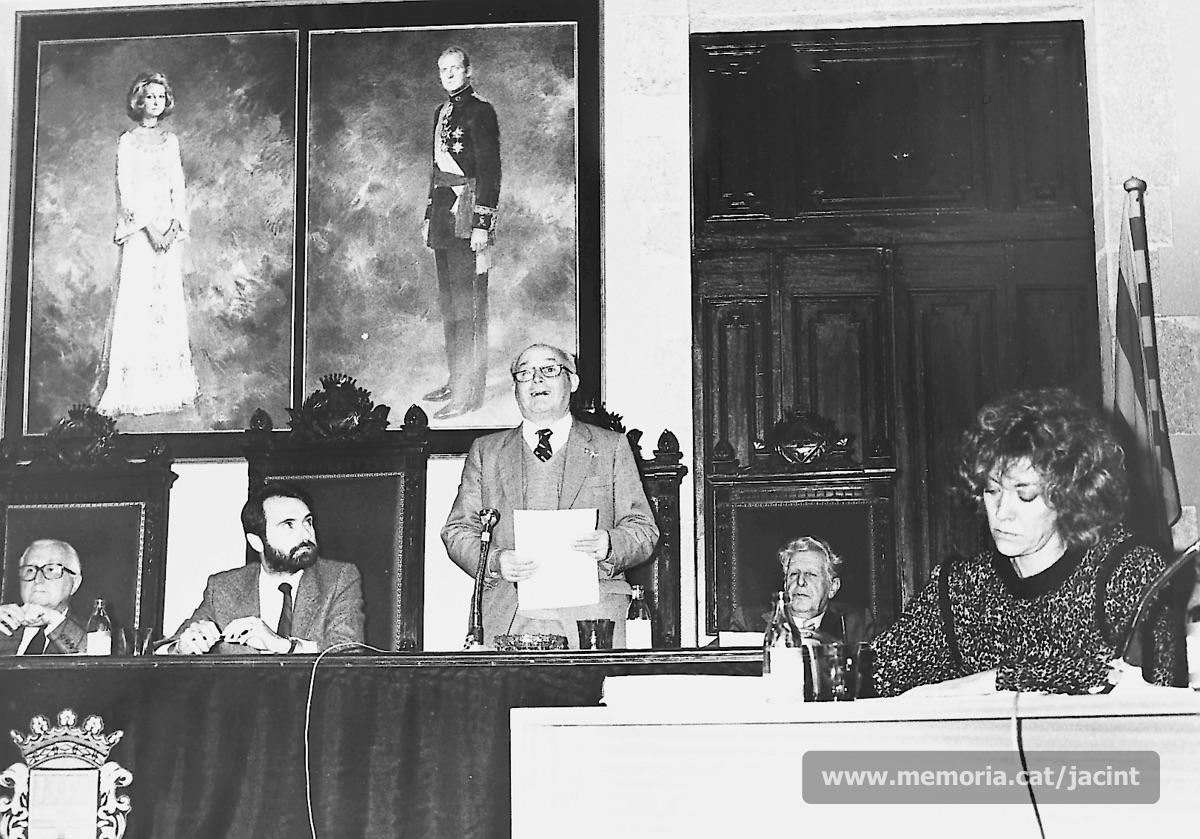 10/05/1985. Jacint Carrió intervenint en l'homenatge a Joaquim Amat-Piniella i la resta de deportats manresans, celebrat a l'Ajuntament de Manresa. (Arxiu Comarcal del Bages. Fons Jacint Carrió i Vilaseca)
