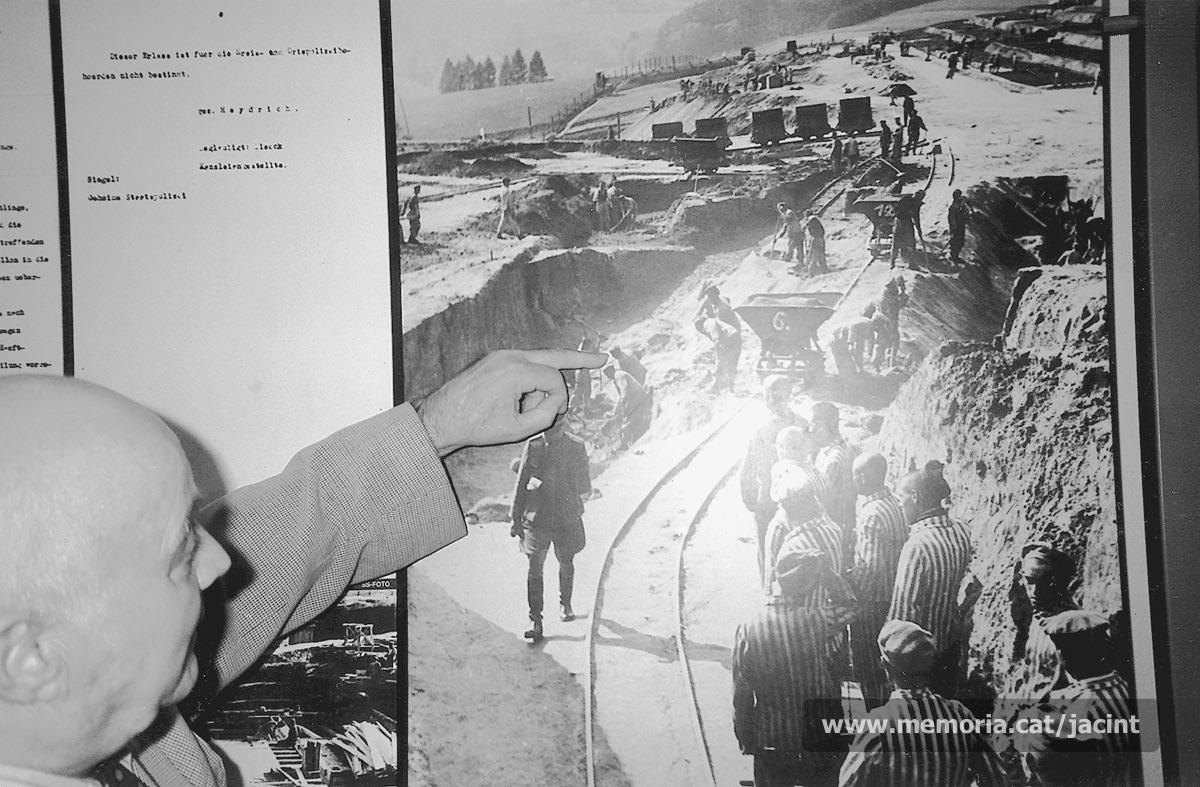 Jacint Carrió reconeixent-se en una fotografia exposada al museu de Mauthausen. (Arxiu Comarcal del Bages. Fons Jacint Carrió i Vilaseca)