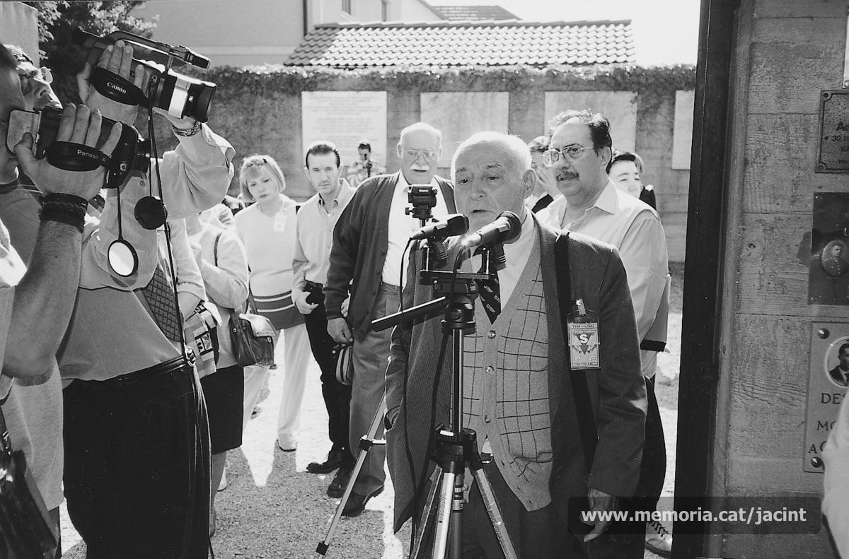 6/05/2000. Jacint Carrió participant de nou, a Gusen, en l'homenatge als deportats morts a Mauthausen i a Gusen. (Arxiu Comarcal del Bages. Fons Jacint Carrió i Vilaseca)
