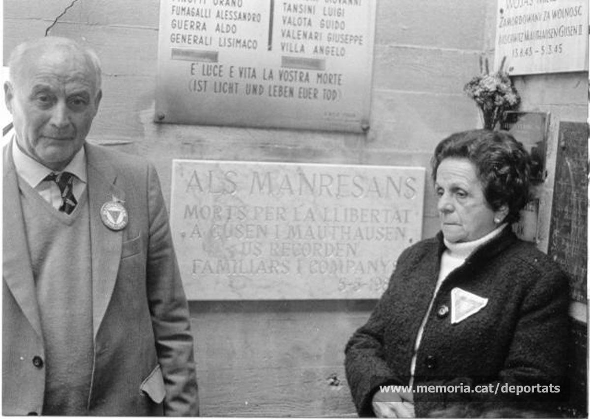 """Carme Cristina, vídua de Maurici Ribas, a Mauthausen, davant la placa en homenatge als manresans deportats, el 5 de maig de 1985, aniversari de l'alliberament del camp. L'acompanya el també deportat, supervivent, Jacint Carrió.""""Font: col·lecció conservada per Rosa Corbera Flotats"""""""