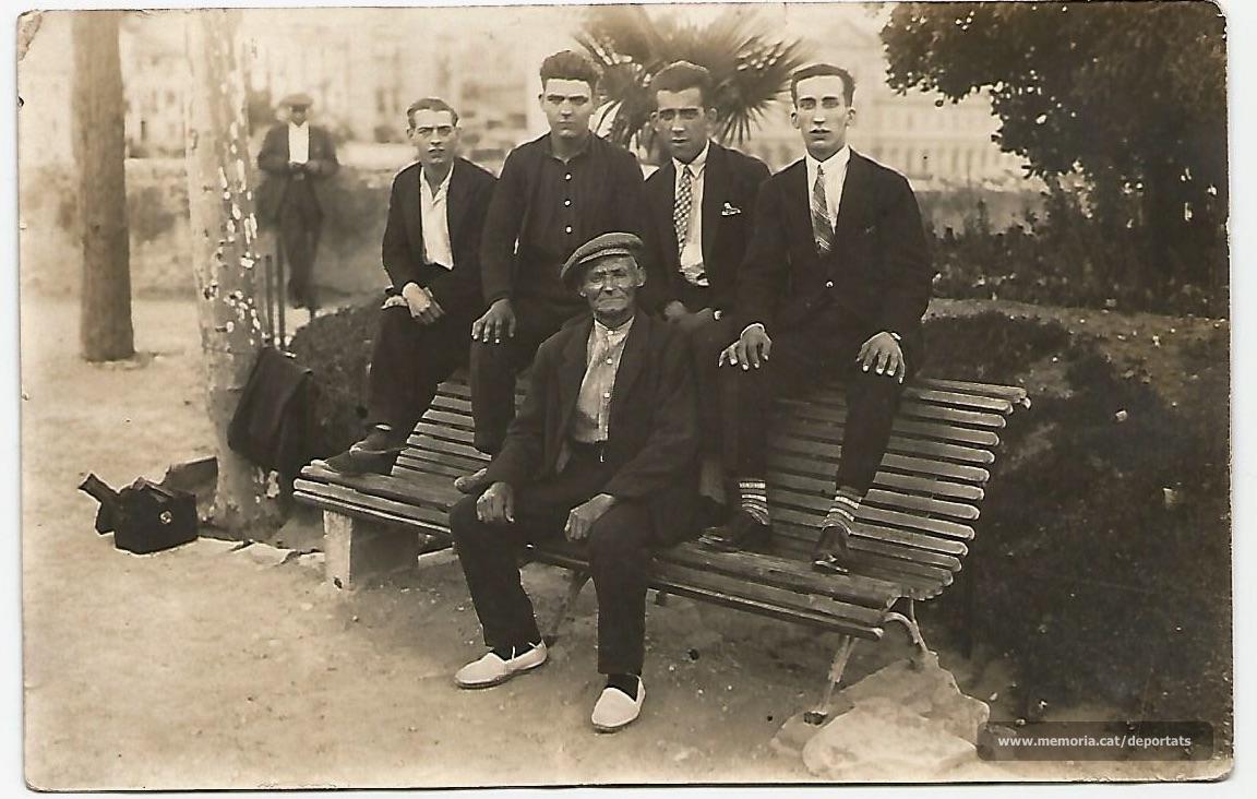 Els germans Munt amb el seu pare. L'Enric sembla ser el segon de l'esquerra.