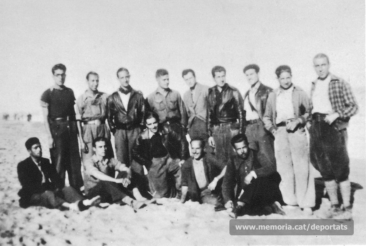Playà, segon per l'esquerra a peu dret, acompanyat d'altres manresans al camp de refugiats de Sant Cebrià (Rosselló). Alguns d'ells patiran també la deportació a camps nazis, com Pons (a la seva esquerra), Carrió (assegut als seus peus) i Toran (amb un genoll a terra). Drets hi ha també Antoni Camps (cinquè) i Miquel Camps (primer per la dreta). (Font: Fons Jacint Carrió-Arxiu Comarcal del Bages)