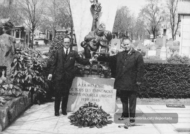 Pons i Jacint Carrió al monument erigit el 1969 per la Federació Espanyola dels Deportats i Internats Polítics (FEDIP) al cementiri parisenc del Père Lachaise. (Font: Fons Jacint Carrió-Arxiu Comarcal del Bages)
