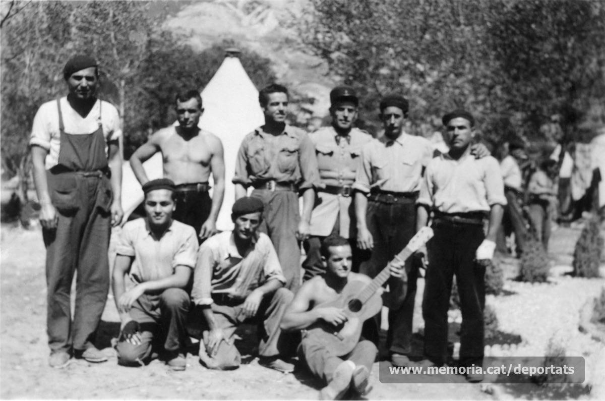 Rossend Labara Andrés a la Companyia de Treballadors Espanyols (CTE) nº80, a Gap (Alta Alps), la primavera de 1940. És el segon dret per l'esquerra, sense camisa (Font: arxiu particular de Patricia Grapeloup-Labara)
