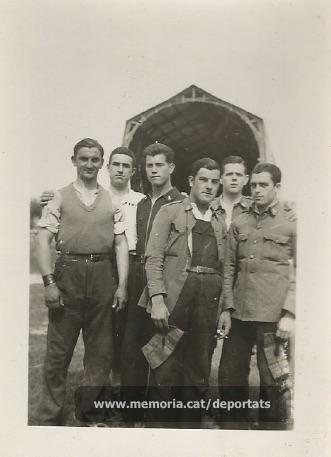 Foto de Sallés amb companys de l'exèrcit. És el tercer de l'esquerra. Data desconeguda. (Font: arxiu particular de Josep Martínez Bardés)