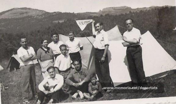 Joan Serarols i altres companys a Can Garrigosa (Matadepera), el 24-5-1936. Serarols és el que aguanta el banderí (Font: Diari La Torre – Nació Digital, del 28/10/2013)