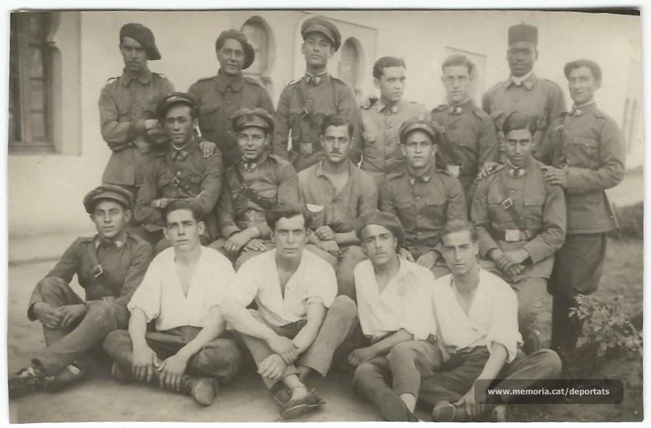 Jaume Viladrosa, a l'exèrcit. És el del mig, amb camisa blanca i assegut a terra (Font: arxiu particular de Núria Viladrosa Cutrina)
