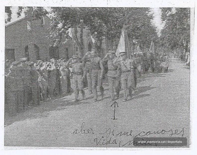 Desfilant com comissari polític, al costat del comandant Edward (Font: arxiu particular de Núria Viladrosa Cutrina)